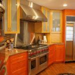 Вытяжка из нержавеющей стали над кухонной плитой