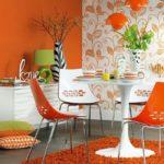 Пластиковый стол на оранжевом ковре