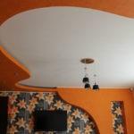Оранжевый потолок в интерьере кухни