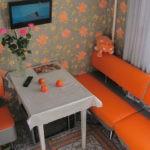 Мягкий уголок с оранжевыми сидениями