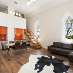 Интерьер кухни гостиной с лестницей