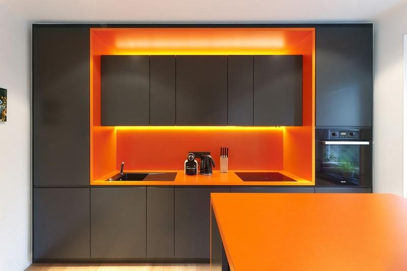 Линейная кухня черно-оранжевого цвета в стиле хай тек