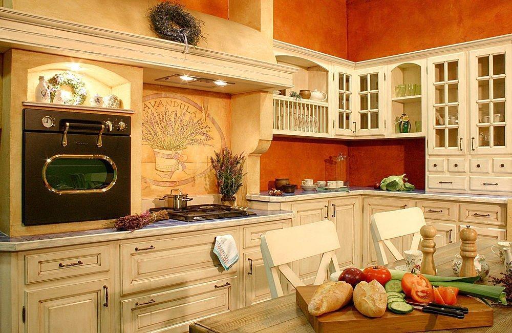 Деревянная мебель на кухне в деревенском стиле