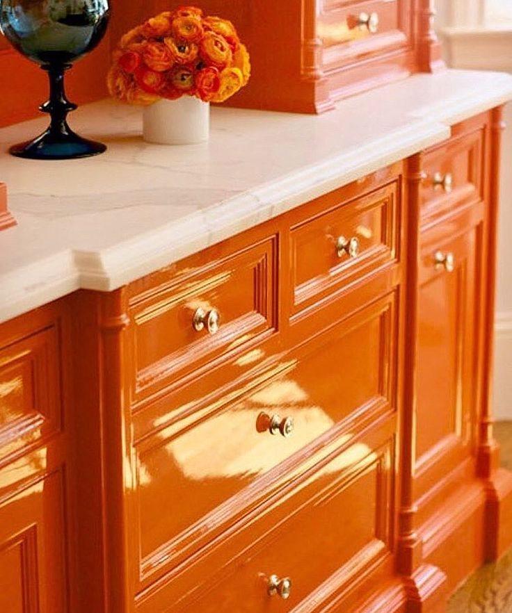 Деревянный гарнитур классического стиля оранжевого цвета