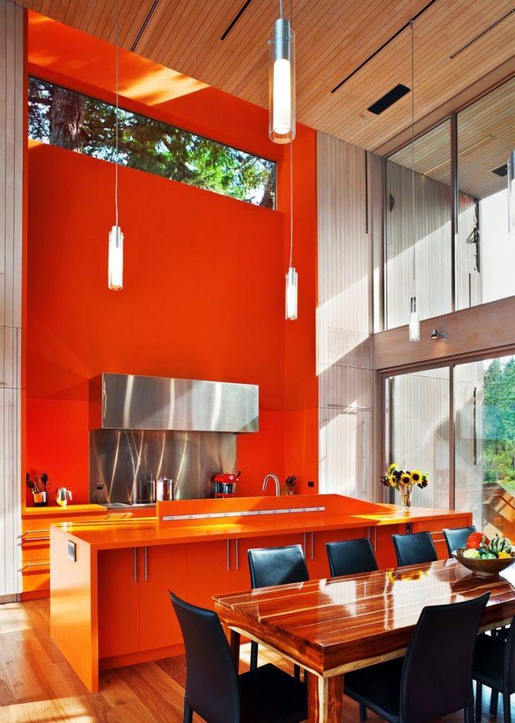 Оранжевая стена на кухне с панорамным окном