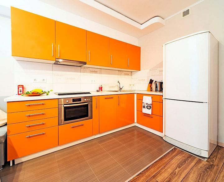Белый двухкамерный холодильник в угловой кухне
