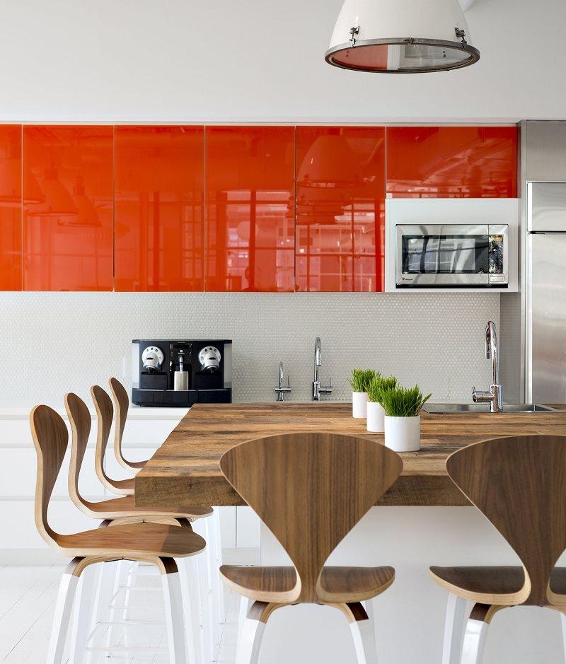 Оранжевые шкафы и белые тумбы кухонного гарнитура