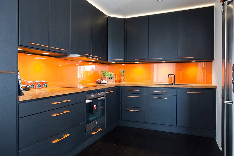 Оранжевый фартук и черные фасады