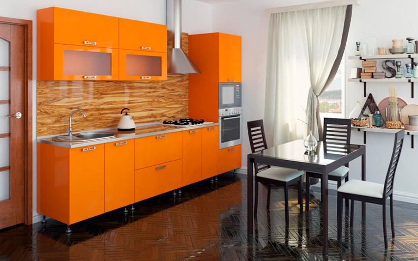 Линейный гарнитур оранжевого цвета на кухне с темным полом