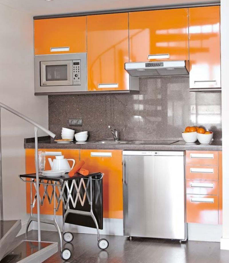Сочетание металлика с оранжевым тоном в интерьере кухни