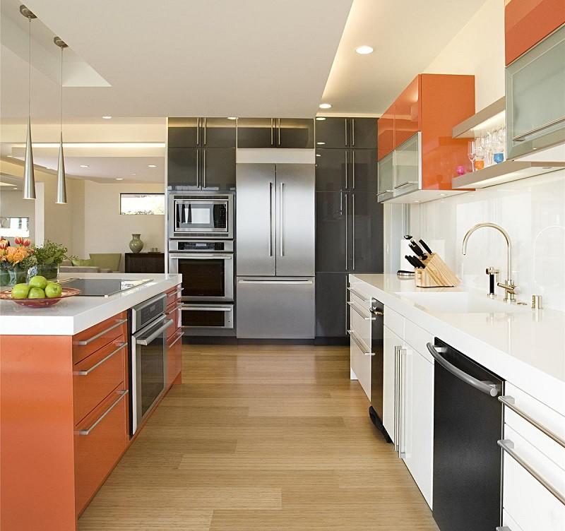 Дизайн большой кухни с оранжевой мебелью