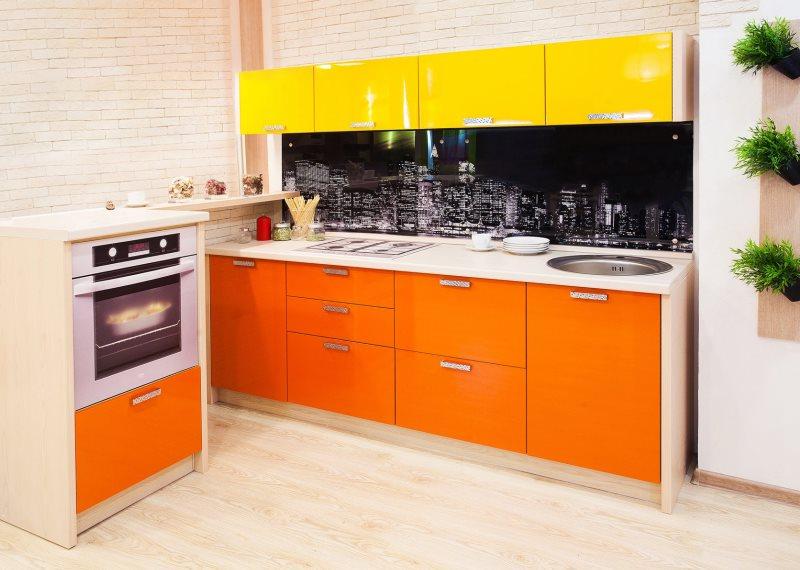 Комбинация желтых шкафов с оранжевыми тумбами в кухонном гарнитуре
