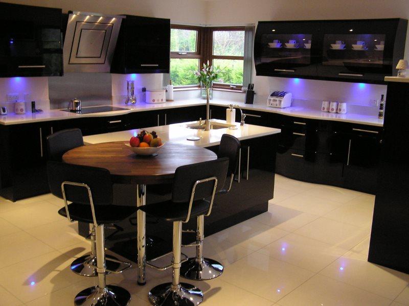 Освещение кухни с черной мебелью