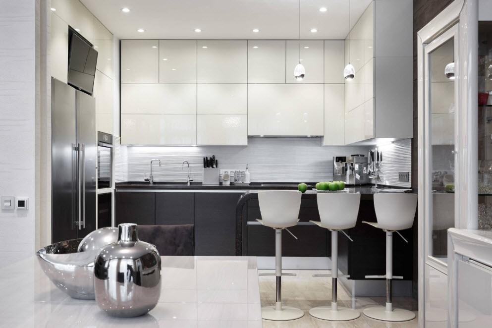Яркое освещение современной кухни в городской квартире