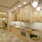Освещение светлой кухни в стиле классики