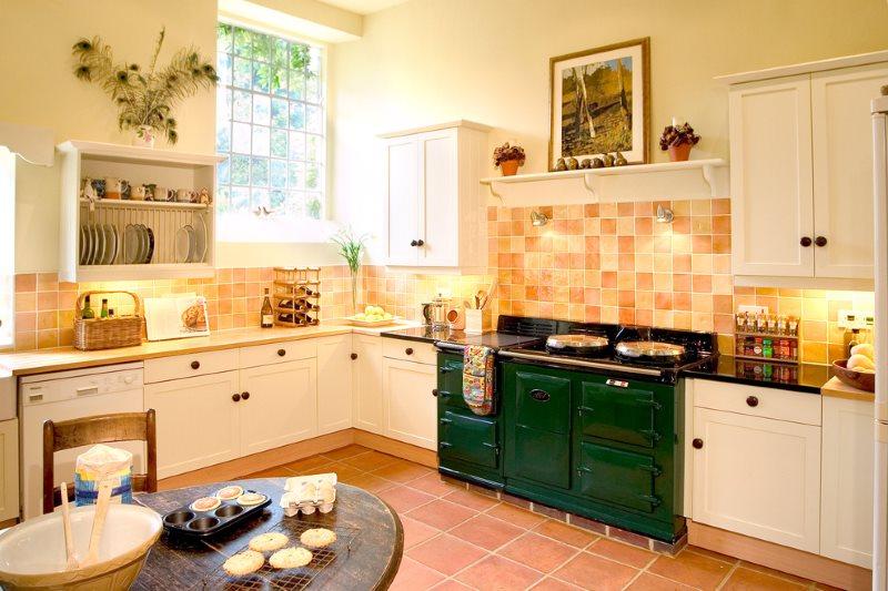Угловая кухня в стиле кантри с нежно-персиковой мебелью