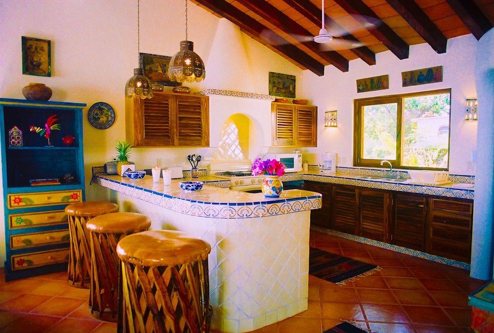 Просторная кухня в мексиканском стиле с персиковыми стенами