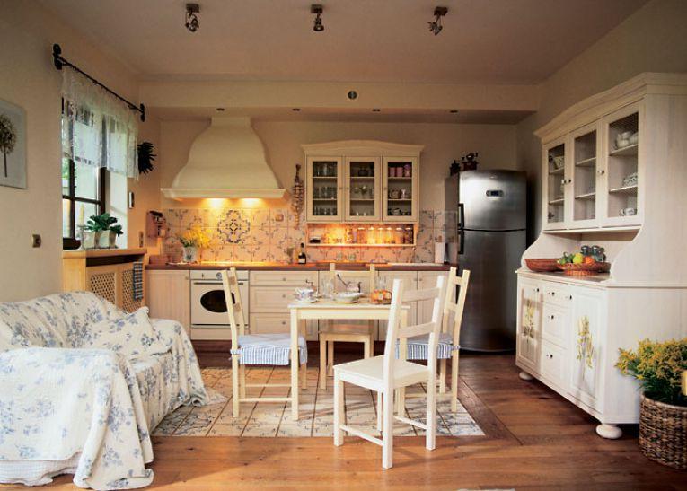 Покрывало в цветочек на диване кухни-гостиной в стиле прованс