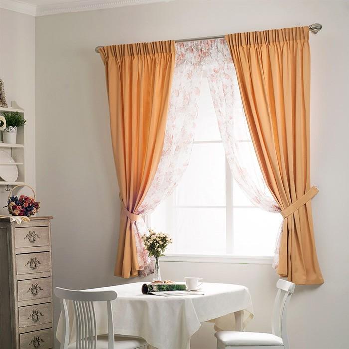Короткие шторы до подоконника на кухне в стиле кантри