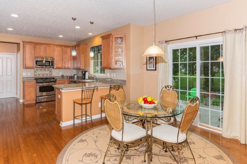 Интерьер кухни частного дома с персиковыми стенами