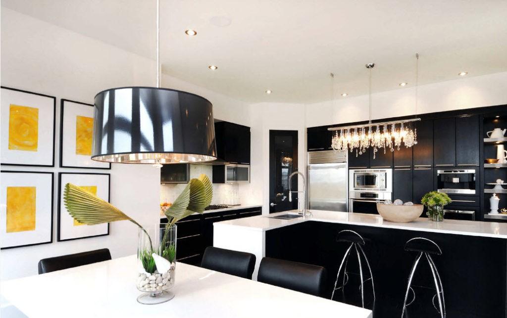 Интересный плафон подвесного светильника в кухне