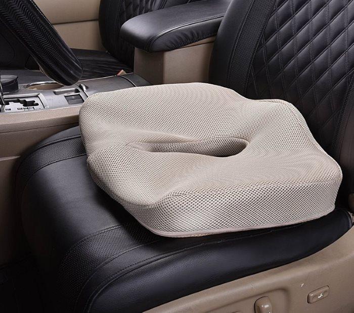 Прямоугольная ортопедическая подушка на автомобильном кресле