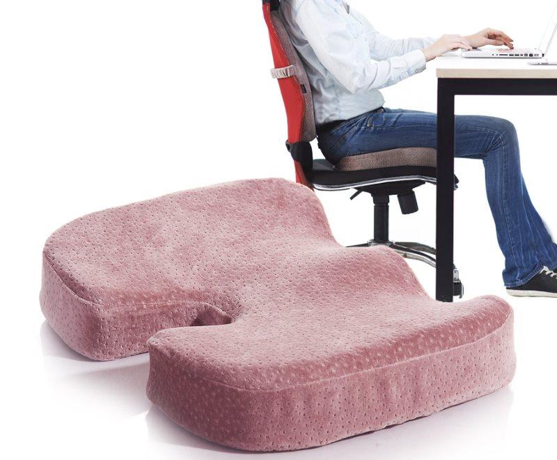 Ортопедическая подушка в вырезом для офисного кресла