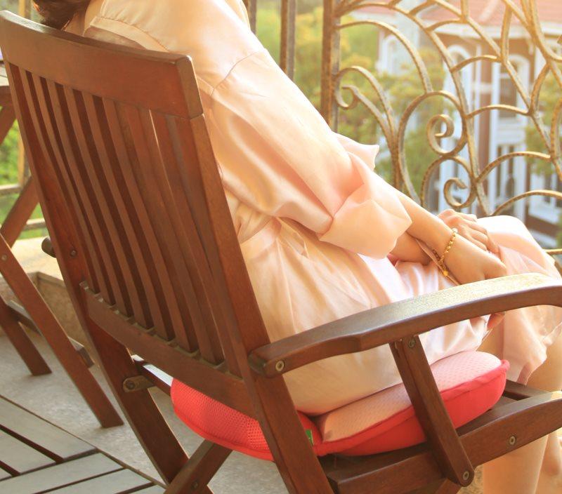 Ортопедическая подушка на деревянном кресле