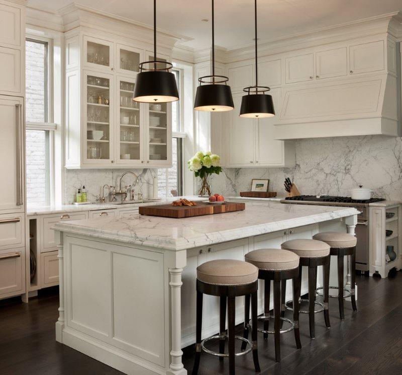 Черные плафоны потолочных светильников в белой кухне