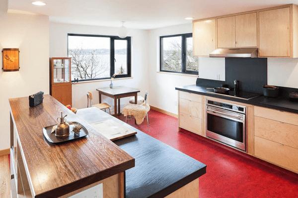 Пол красного цвета на кухне
