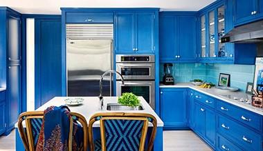 Синий цвет на классической кухне