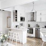 Пример гармоничного слияния маленькой угловой кухни с просторной гостиной