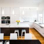 Деревянный пол в белой кухне модерн