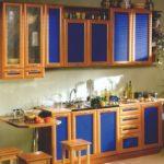 Прямая синяя кухня с барной стойкой