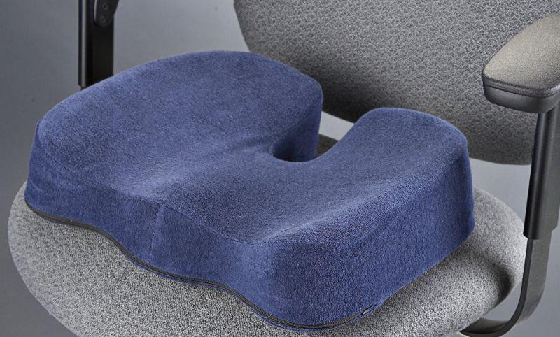 Темно-синяя ортопедическая подушка на офисном кресле