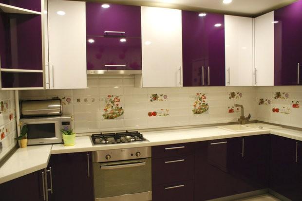 Бело-баклажанный гарнитур в кухне панельного дома