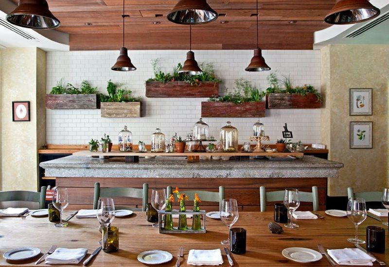 Деревянные ящики с пряными травами на стене кухни