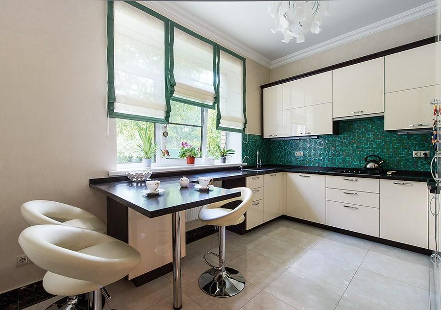 Светлые римские шторы в современной кухне