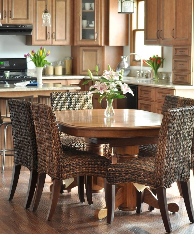 Плетенная мебель в интерьере коричневой кухни
