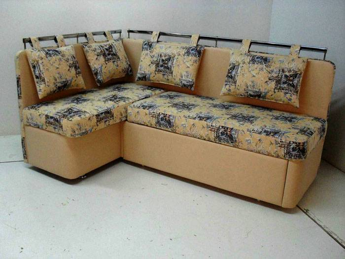 Подвесные подушки вместо спинки на кухонном диване