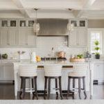 Светло-серая кухня с островом в частном доме