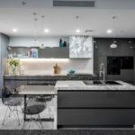Освещение кухни в серых оттенках