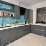 Бирюзовая стена в кухне с серой мебелью