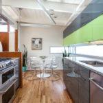 Кухонный гарнитур с двухцветными фасадами
