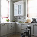 Белые римские шторы на кухонных окнах