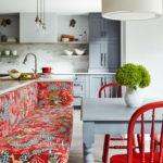 Кухонный диванчик с яркой обивкой