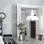 Белый светильник над обеденным столом