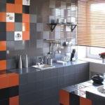 Серо-коричневая керамическая плитка в отделке кухни