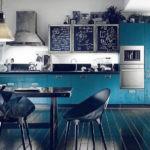 Черный пол из досок в кухне столовой