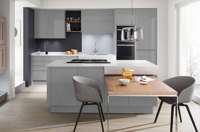 Светлая кухня в стиле контемпорари с серой мебелью